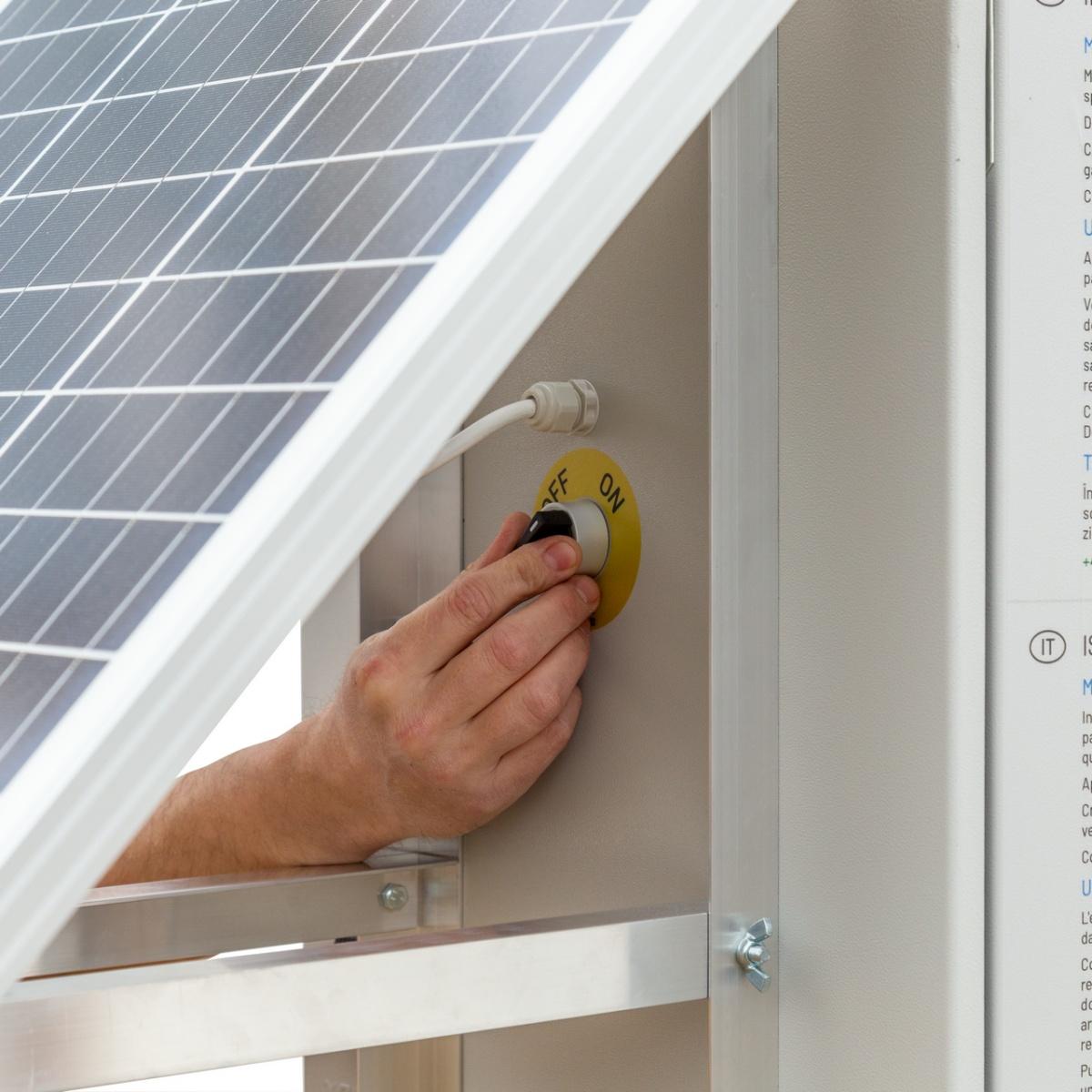 Aparat gard electric compact DL3200 cu sistem solar 30W și 2 acumulatoare de 12V